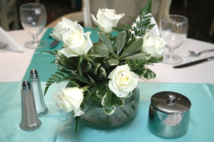White roses at the center of the table